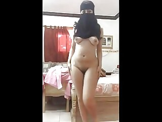 AMATEUR HORNY ARAB GIRL WITH THE HOTTEST ASS